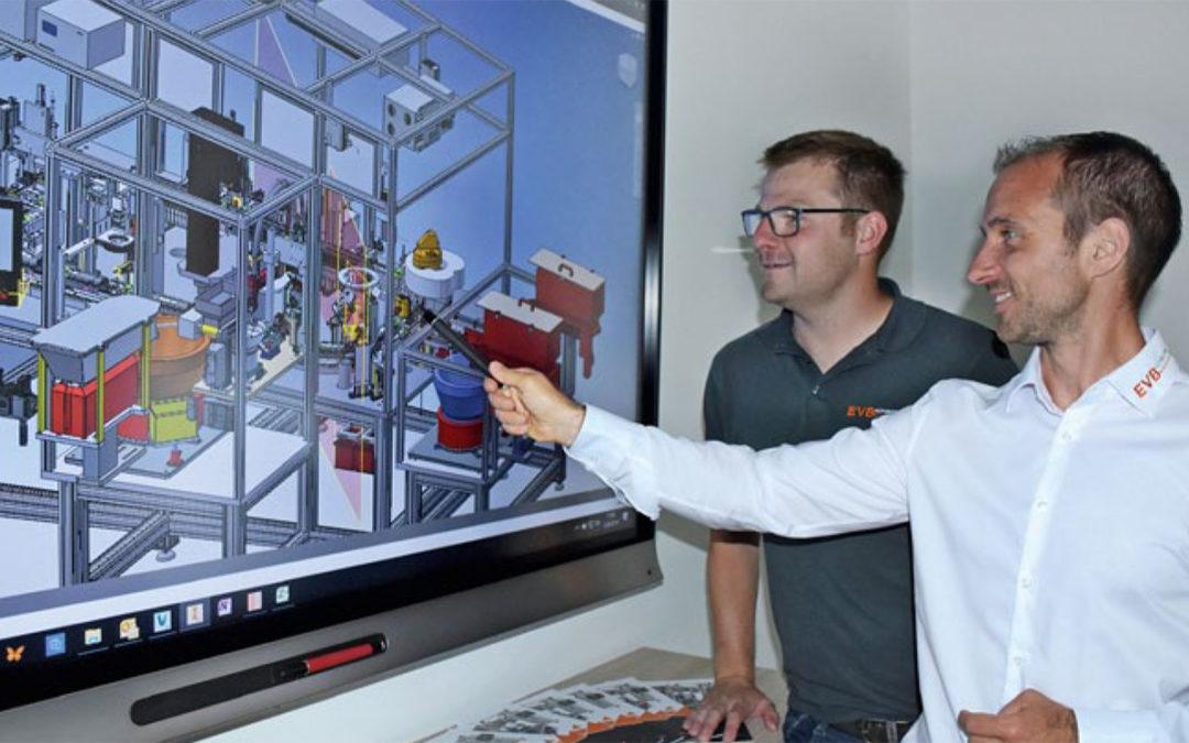 Matthias Albrecht und Manuel Luger vor Bildschirm mit Konstruktionszeichnung